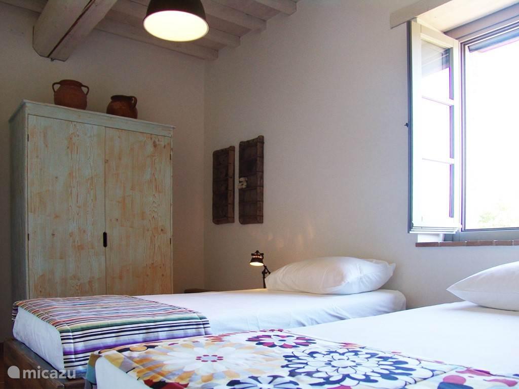 Slaapkamer met twee eenpersoonsbedden op de eerste verdieping met schitterend uitzicht.