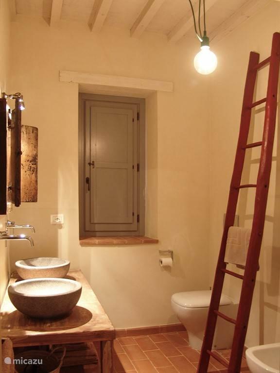 Detail van badkamer eerste verdieping, met toilet, bidet en douche.