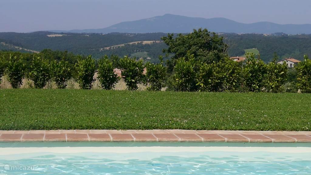Direct vanuit het zwembad kijk je naar de Monte Amiata (1.732m) in Toscana.