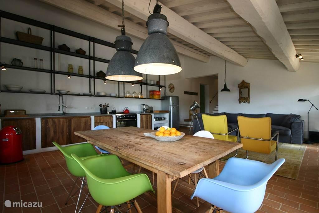 Een gezellige open keuken waar je eerlijke Italiaanse maaltijden klaarmaakt om met familie en vrienden samen te zijn.