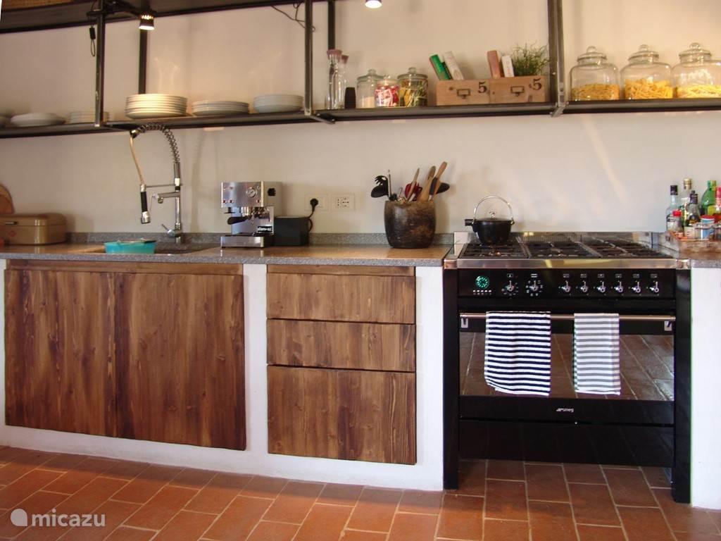 Op het fraaie SMEG-fornuis met 6 branders en een oven, kun je uitgebreid maaltijden klaarmaken.