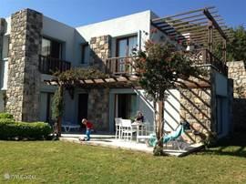 Villa T3, met beneden terras en tuin en boven een groot balkon.