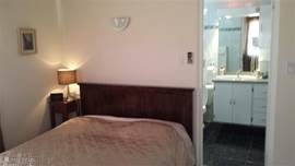 Slaapkamer 2 beschikt over een eigen badkamer