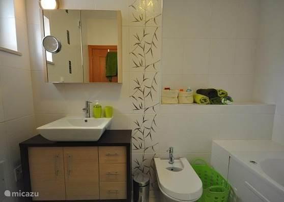 Luxe badkamer bij de master bedroom met ligbad / douche, bidet en toilet