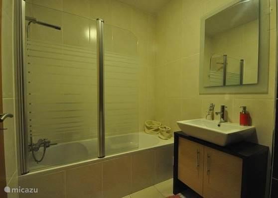 Luxe badkamer met bad/douche , bidet en toilet