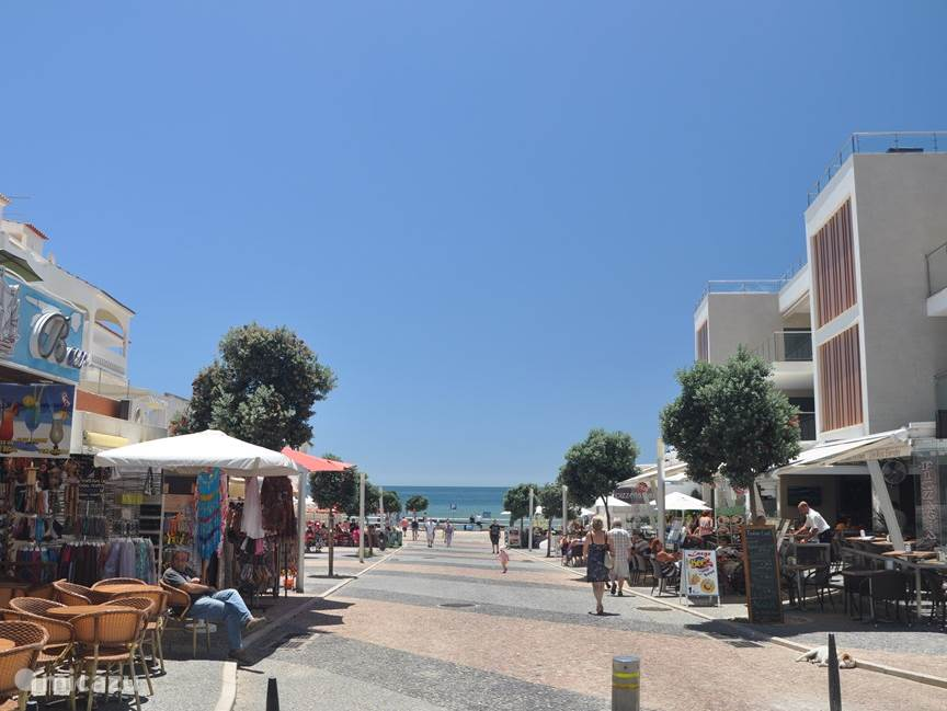 gezellige badplaats Olhos d'Agua met leuke terrasjes en restaurantjes