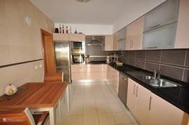 Luxe dichte keuken van alle moderne gemakken voorzien en kleine eettafel