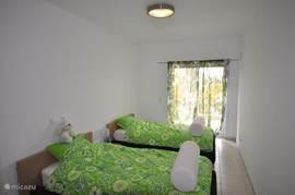2 Persoons  slaapkamer met 2 aparte bedden en toegang tot terras