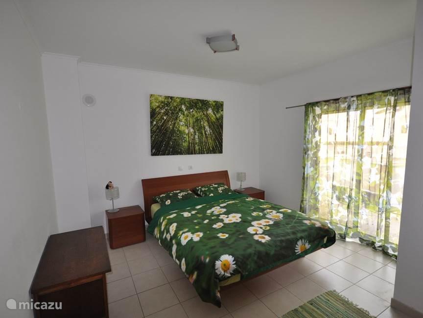 Master bedroom met aangrenzende luxe badkamer en toegang tot eigen terras
