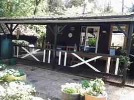 De heerlijke veranda aan de achterzijde van de bungalow.