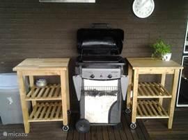 De buitenkeuken, waardoor u zelfs buiten het eten kunt bereiden. Heerlijk barbecueën zonder gasflessen te hoeven regelen.