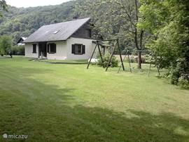 Grote tuin met voldoende tuinmeubelen en barbecue. De tuin is 130 m diep. Er is voldoende parking en een jeu de boules terrein aangelegd.