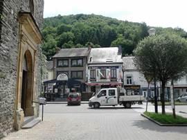 Bohan is het laatste dorp in België, dat bespoeld wordt door de Semois.  De parochiekerk uit 1760 is een fraai gebouw opgetrokken met steen van de streek. De lourdesgrot aan de linkeroever van de Semois, iets stroomafwaarts van het dorp, is een getrouwe reproductie van die van Lourdes. 177 ha natuur
