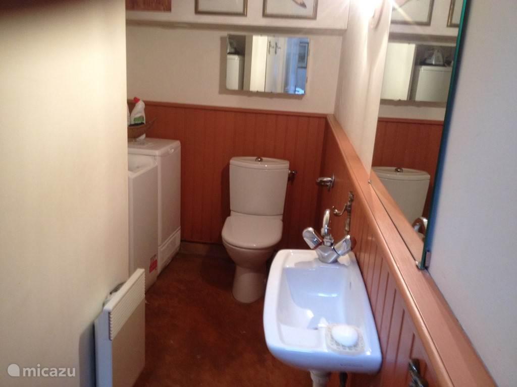 De wc apart van de badkamer er staat een wasmachine en droger. Toegangsdeur vanaf de slaapkamer.