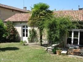 Het vakantiehuis aan de tuinkant met terras en ommuurde tuin. U geniet van privacy en rust.