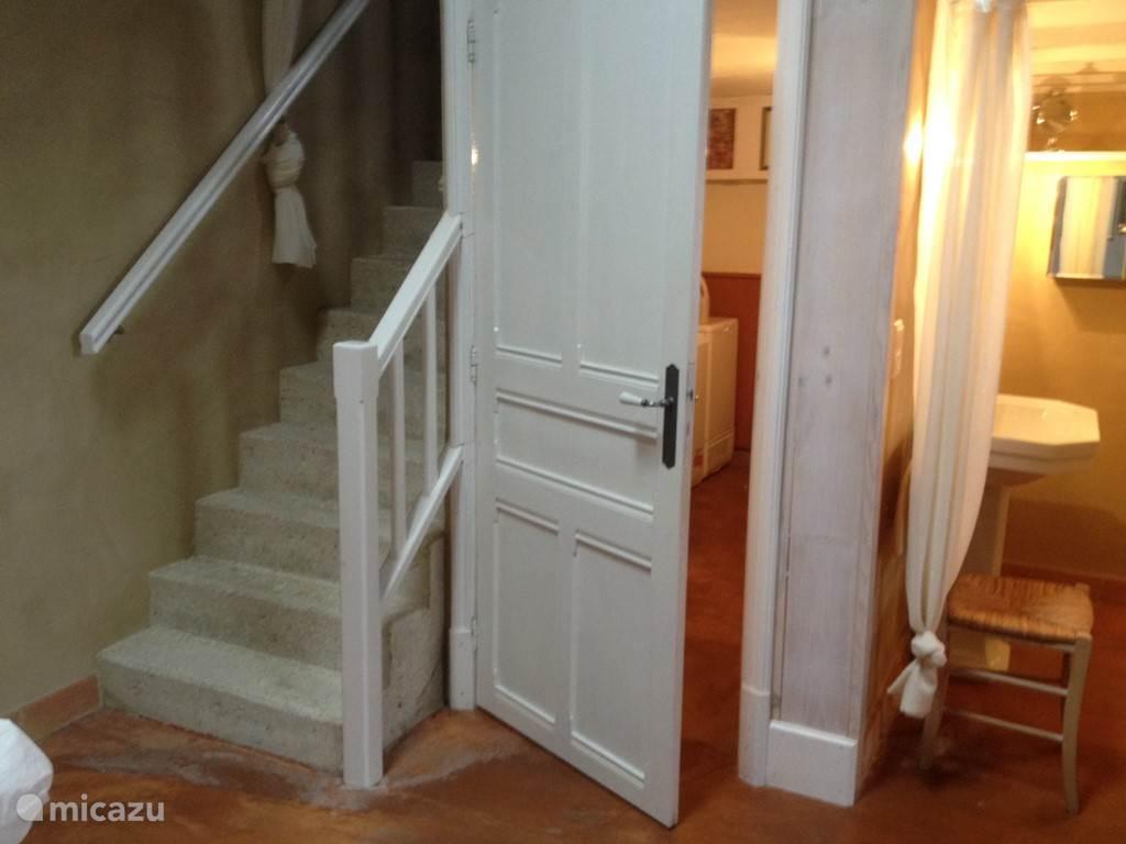 Vanaf de master slaapkamer is er een trap naar een kleine zolderkamer waar eventueel een kind kan slapen. Er kan een kinderledikant op verzoek geplaatst worden of een babybed. De badkamer met douche en wastafel is naast de slaapkamer. De wc waar ook de wasmachine en droger staan is een aparte ruimte