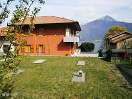 Casa Marina heeft een enorme tuin en ruim terras , beiden met meerzicht