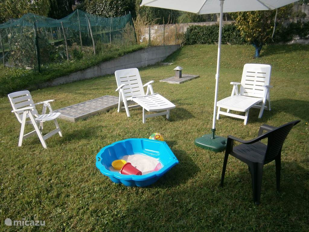 tuinmeubilair en zand-zwembadje