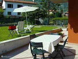 tuinmeubilair, parasol, 2 ligstoelen, barbecue. Tuin en terras zijn geheel privé.