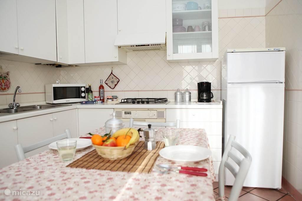 Zeer ruime en lichte woonkeuken met openslaande deuren naar het terras, koffiezetter, vriesvak, magnetron, strijkplank- en ijzer.