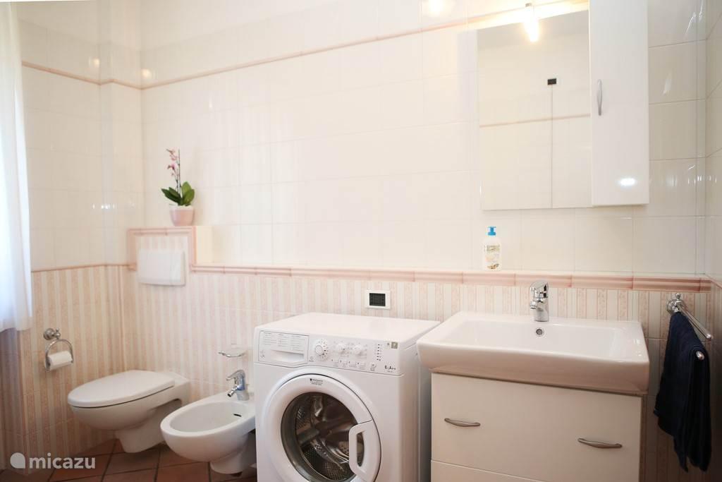 Ruime badkamer met wasmachine