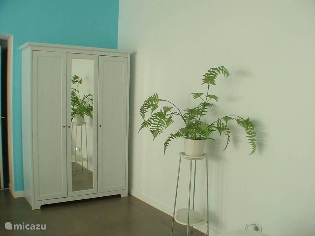 klerenkast met hangers bestaande uit een tweedeurs hanggedeelte en een eendeurs leggedeelte