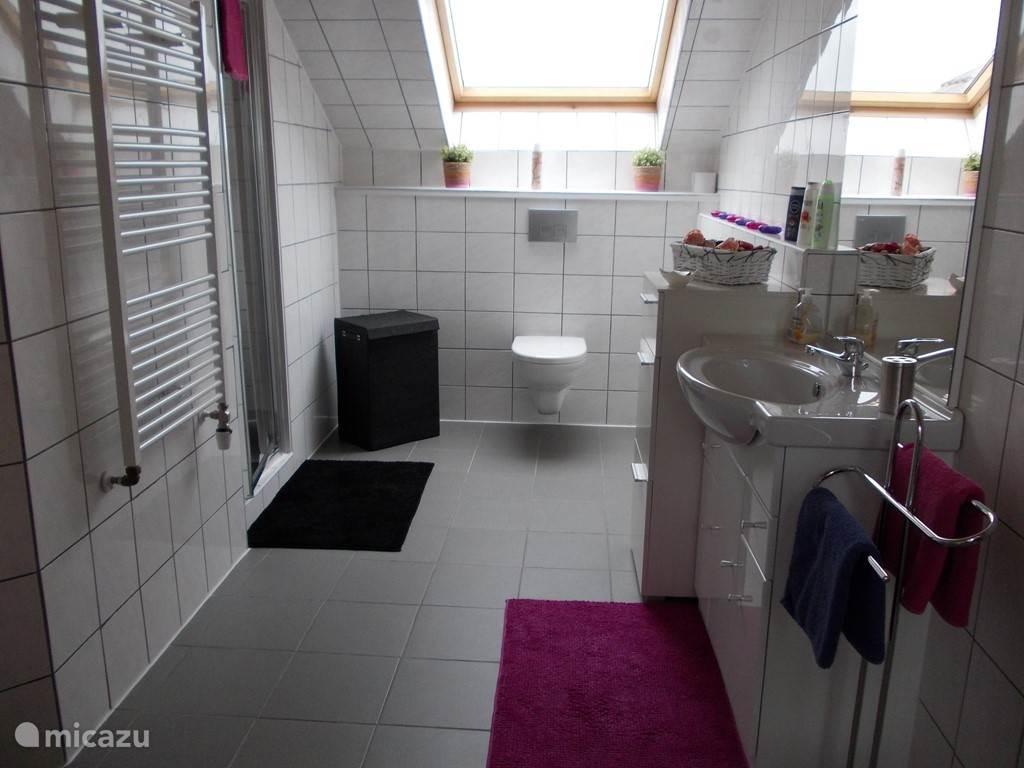 Een nieuwe badkamer vanaf maart 2014. Er zijn ook badjassen beschikbaar en lekkere grote handdoeken.
