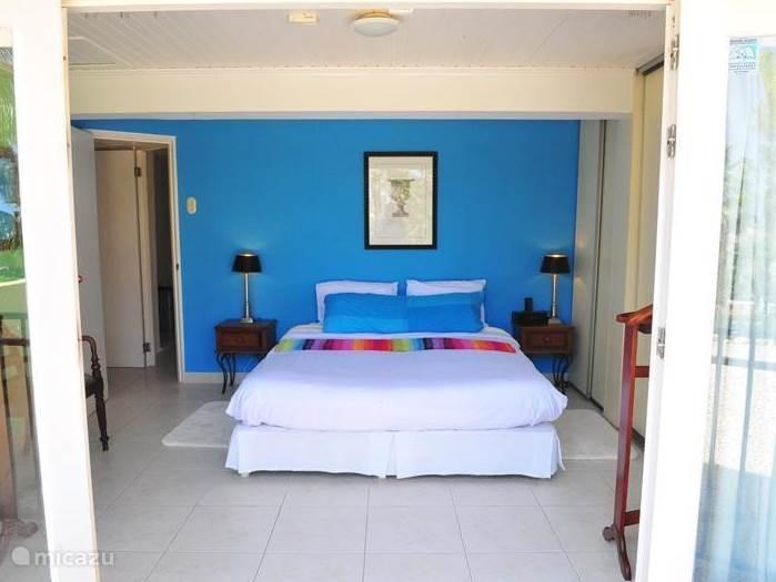 Master slaapkamer met dubbel bed, openslaande deuren en prachtig uitzicht direct aan tuin slaapkamers hebben allebei luxe inbouwkasten