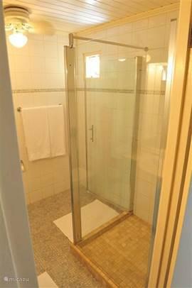 Badkamer met nieuw geplaatste glazen ruime douche