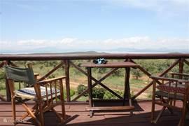Balkon met uitzicht over meer van Naivasha en savanne