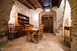 Woonkamer met keuken, eettafel en zithoek