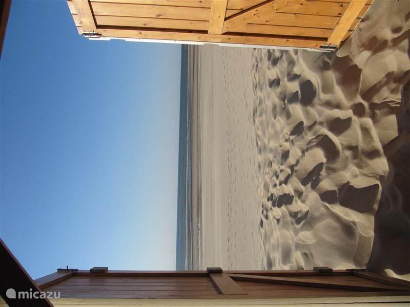 Zee, zon & strand bij het strandhuisje van Witte Duin gelegen op prachtige brede strand van Oostkapelle.