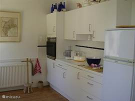 The kitchen has a ceramic plate with 4 cooking zones and an electric oven. Double sink. Dishwasher, Braun multi mixer, electric steamer, Bak and cooking equipment, fridge with freezer compartment. Toaster and electric kettle