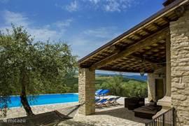 Zwembad met prachtig uitzicht en loungehoek