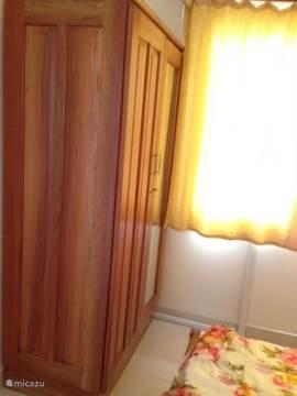Slaapkamer 1: Een tweepersoon slaapkamer met een hang- en legkast en airco.