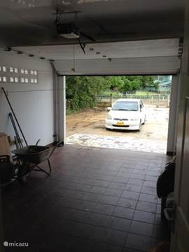 Ruime overdekte garage voor 1 auto. Directe verbinding van de garage naar de woonkamer.