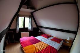 Bedroom with 2 bed and duvet.
