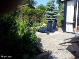 tuin met lig stoelen