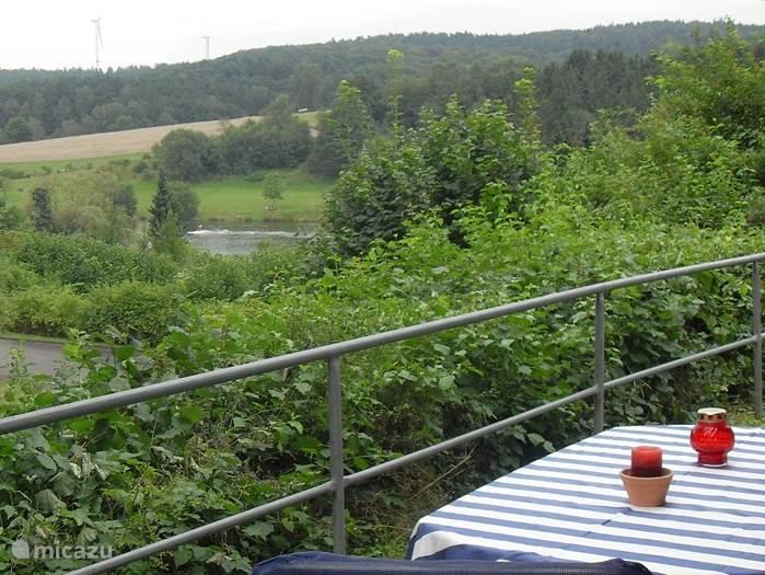 Vrij uitzicht over het heuvelachtig landschap. De goed aangegeven wandelpaden starten direct vanaf ons huisje voor vele kilometers wandelplezier door bossen, landerijen en heuvels.