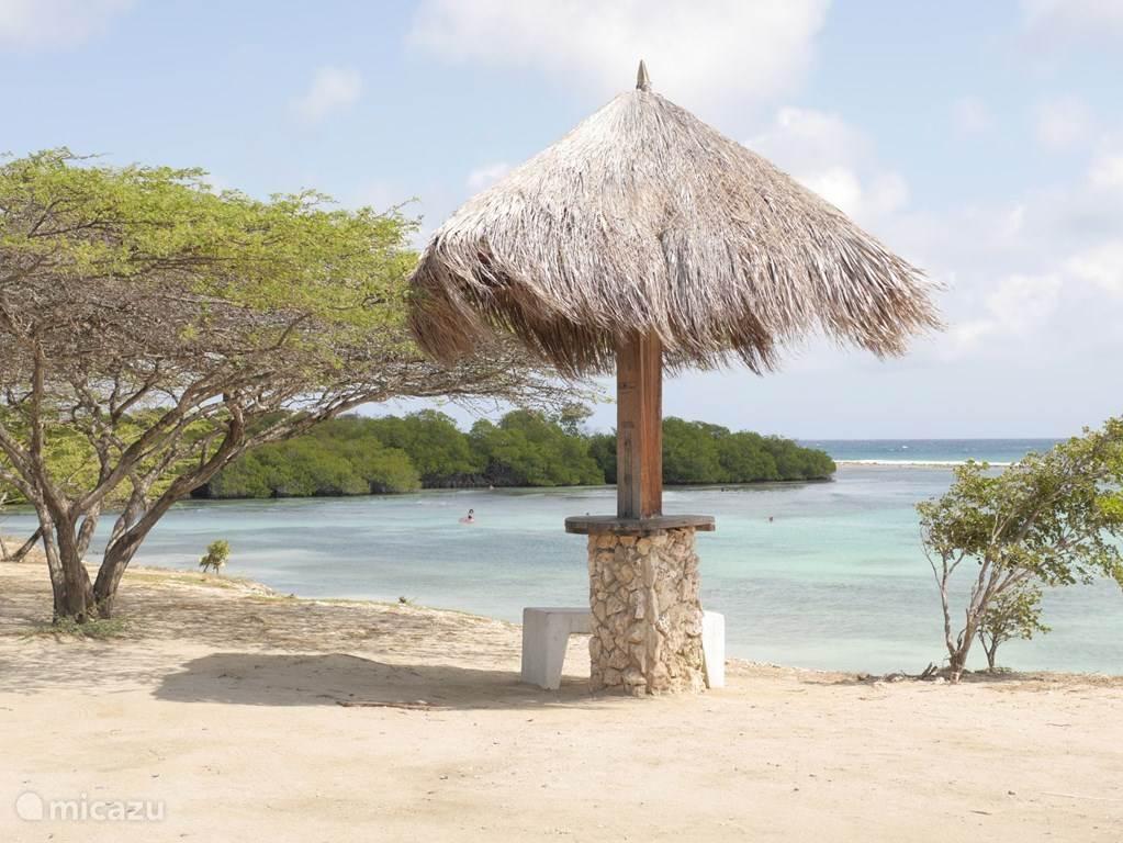 Op 1000 meter het strand van Spaans Lagoen. Ideaal voor kinderen want de zee is hier vanaf het strand ruim 100 meter maximaal 1 meter diep.