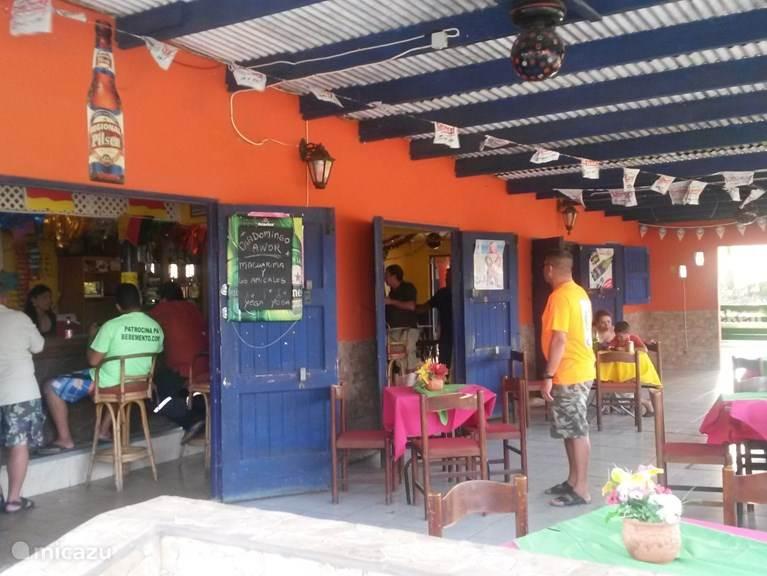 Bar Restaurant Young Fellow. Low budget restaurant voor ontbijt (niet elke dag) lunch en diner. Typische Arubaanse gerechten verkrijgbaar.