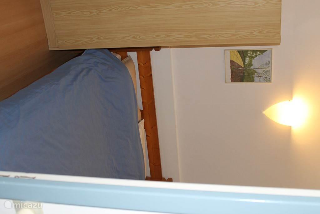 Een van de 2 kamers met een tweepersoonsbed.