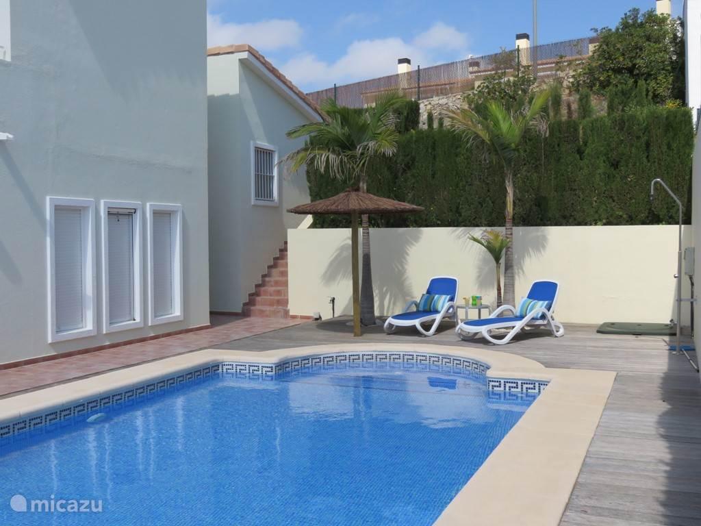 Deze mooie en comfortabele Villa Ibiza met veel privacy en eigen zwembad ligt in Gata de Gorgos, tussen Alicante en Valencia. Er is een grote woonkamer, 3 slaapkamers, 2 aparte badkamers en 3 zonneterrassen. De villa heeft zeezicht en bergzicht. De afstand tot het strand is 10 autominuten.