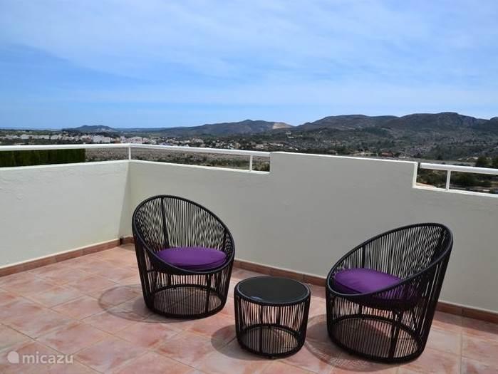 Dit grote balkon cq terras grenst aan de masterbedroom, zowel in de ochtend middag en avond is het er heerlijk vertoeven,met een lekker glaasje/afzakkertje.