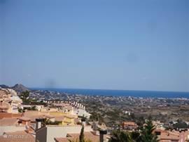 Foto met vergezicht op zee, goed te zien vanaf het achter en dakterras , dit omdat aan de achterzijde van de villa geen bebouwing is . Bij helder weer kunt U het eiland IBIZA zien .