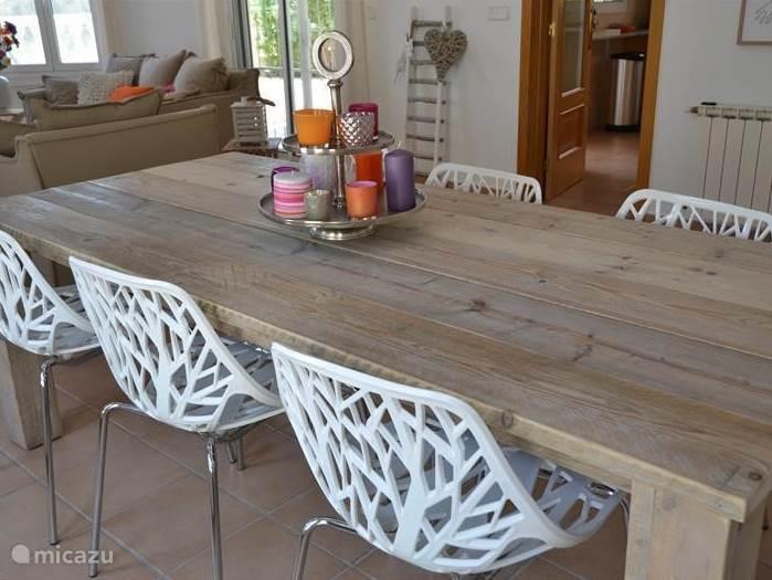 Het eetkamerdeel heeft een tafel met 6 stoelen , en is kleurrijk ingericht. Het geheel heeft een plavuizen vloer en is voorzien van airco zowel warm als koud.
