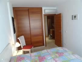 Riante slaapkamer met grote schuifdeur kasten met airco en kluisje. Tevens badjassen aanwezig.Passpiegel aanwezig.