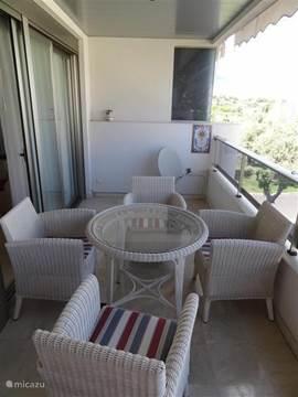 Zeer riant terras bereikbaar vanuit zowel de slaapkamer als de woonkamer middels schuifdeuren.  Voorzien van extra zonnescherm. Ligbedden bijplaatsen is geen probleem.Ruimte genoeg.