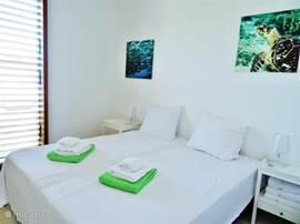 Slaapkamer 3 gekoppeld aan slaapkamer 2 via de gezamelijke badkamer. Horren voor de ramen en airco.