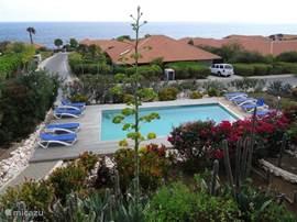 Uitzicht vanaf het terras op het zwembad en de Caribische Zee